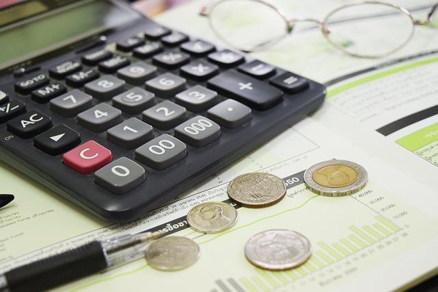 Déduire certains frais bancaires des impôts : réponse et procédure