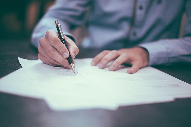 Modèle de lettre de refus de frais bancaires : comment faire ?