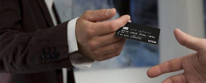 Comment recevoir une carte visa infinite gratuitement ? Notre comparatif des banques